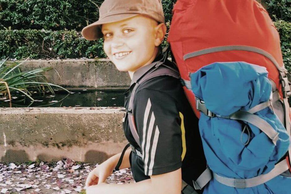 Dzieci na wakacjach w Polsce_ Blog Kanada sie nada o polskiej rodzinie w Vancouver i emigracji do Kanady chlopiec niesie wypchany plecak